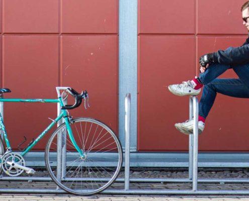 Der junge Mann und das Bike