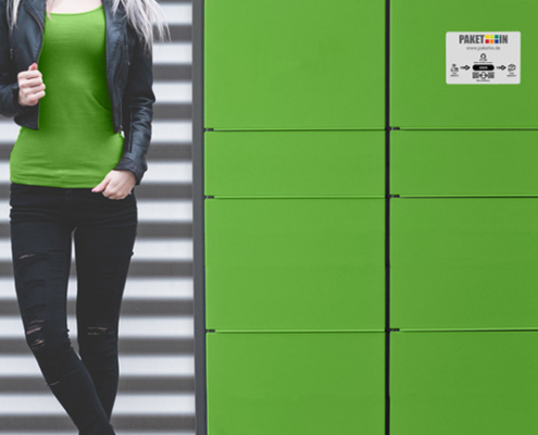 Frau vor Paketstation